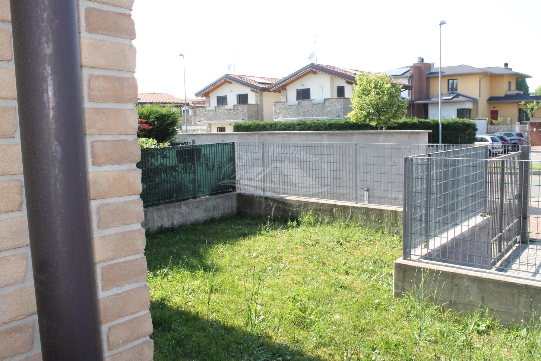Bilocale con giardino a bregnano case italiane agenzia for Case italiane immobiliare