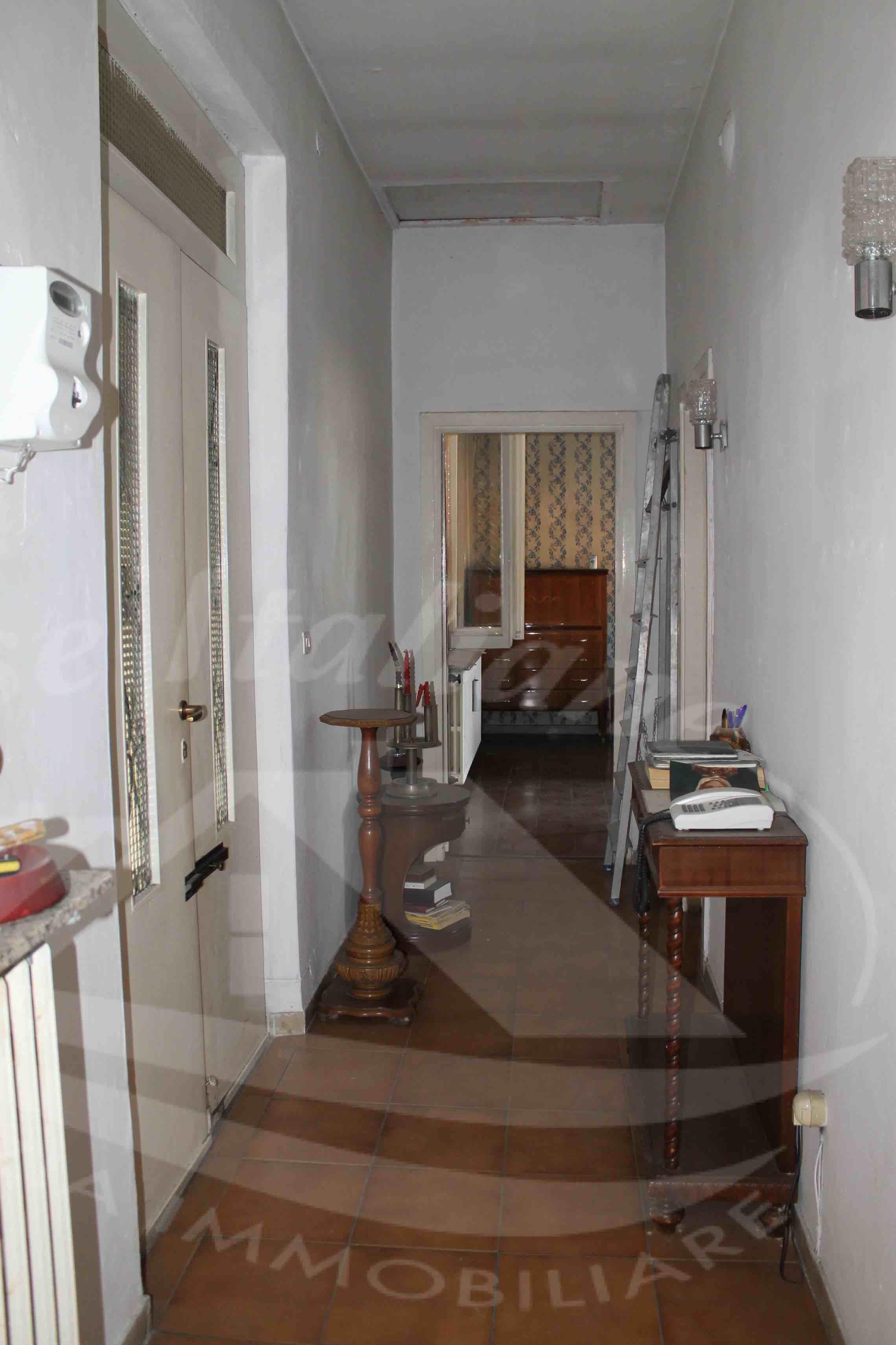 Photo 4 case italiane agenzia immobiliare cant for Negozi arredamento cantu