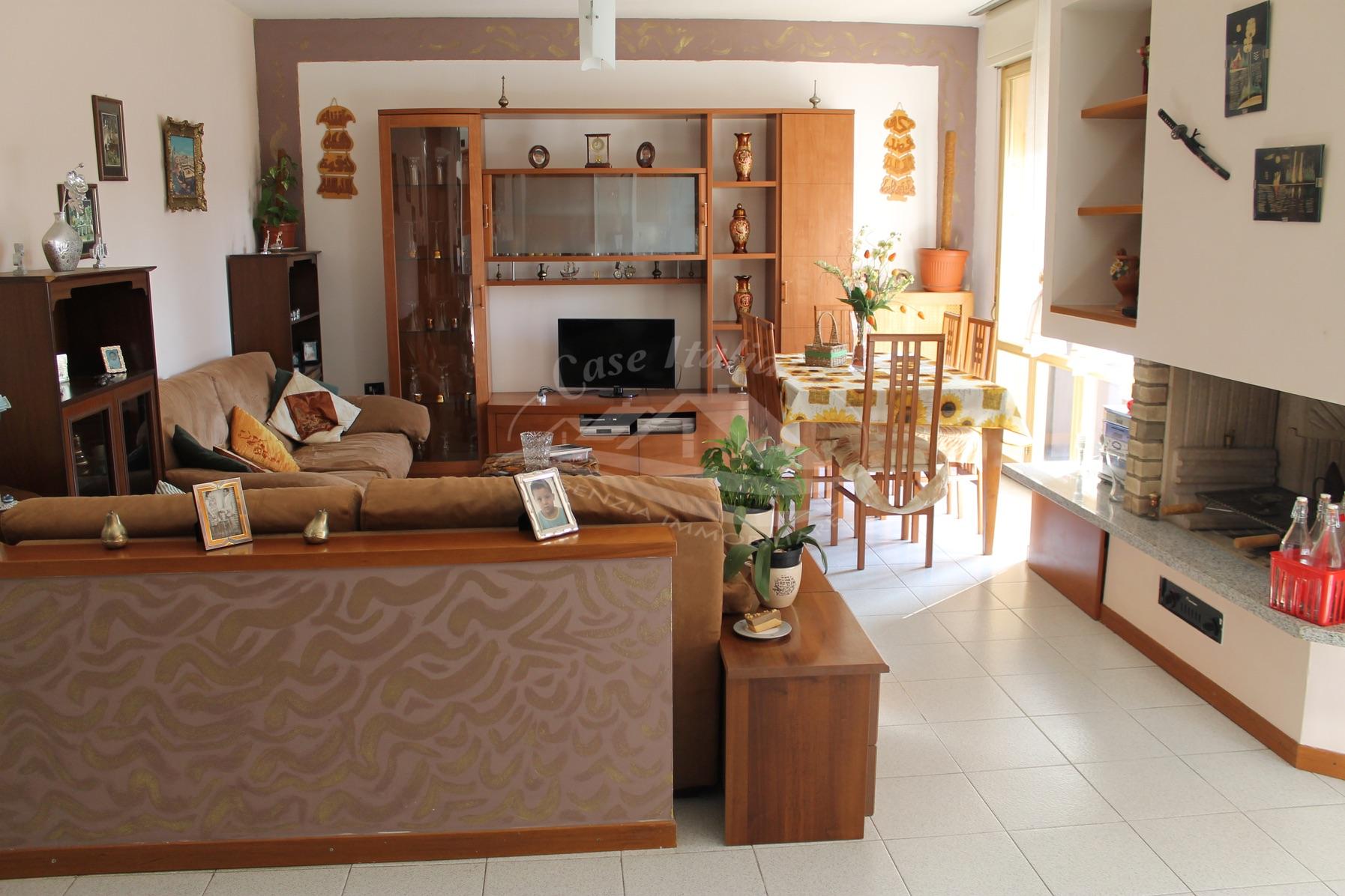 Foto immobili 152 case italiane agenzia immobiliare cant for Negozi arredamento cantu