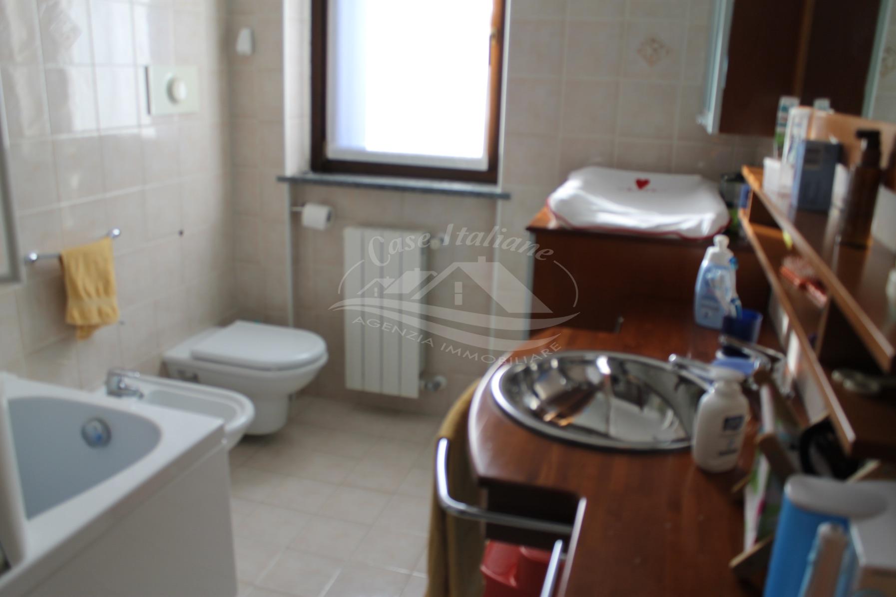 Foto immobili 2132 case italiane agenzia immobiliare cant for Negozi arredamento cantu