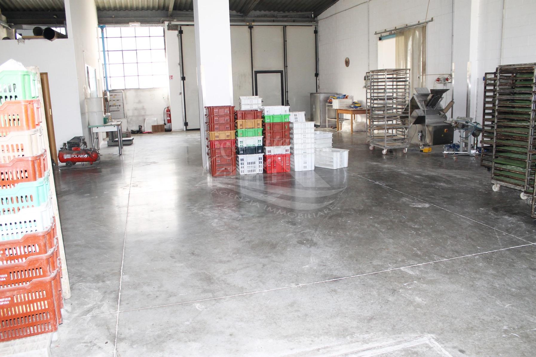 Capannone a cantu 39 case italiane agenzia immobiliare cant for Negozi arredamento cantu