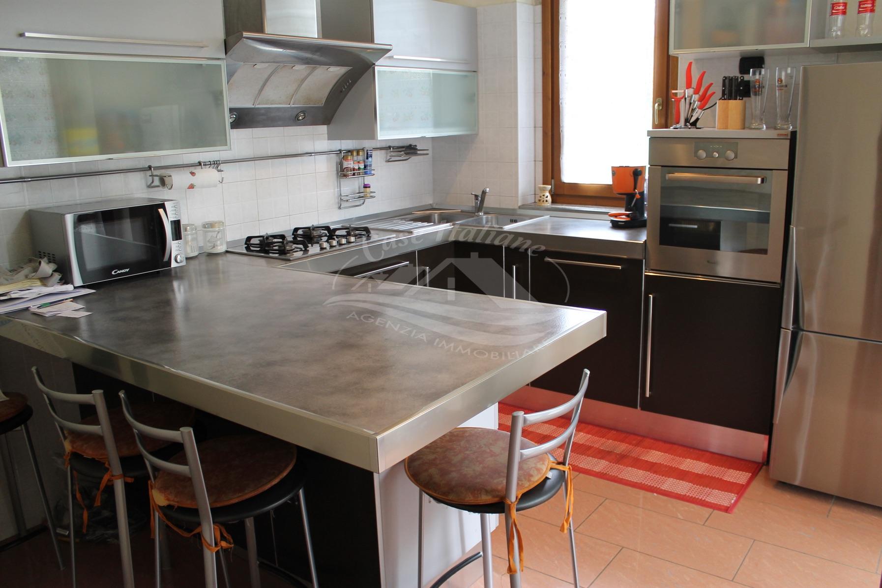 Michela 051 case italiane agenzia immobiliare cant for Negozi arredamento cantu